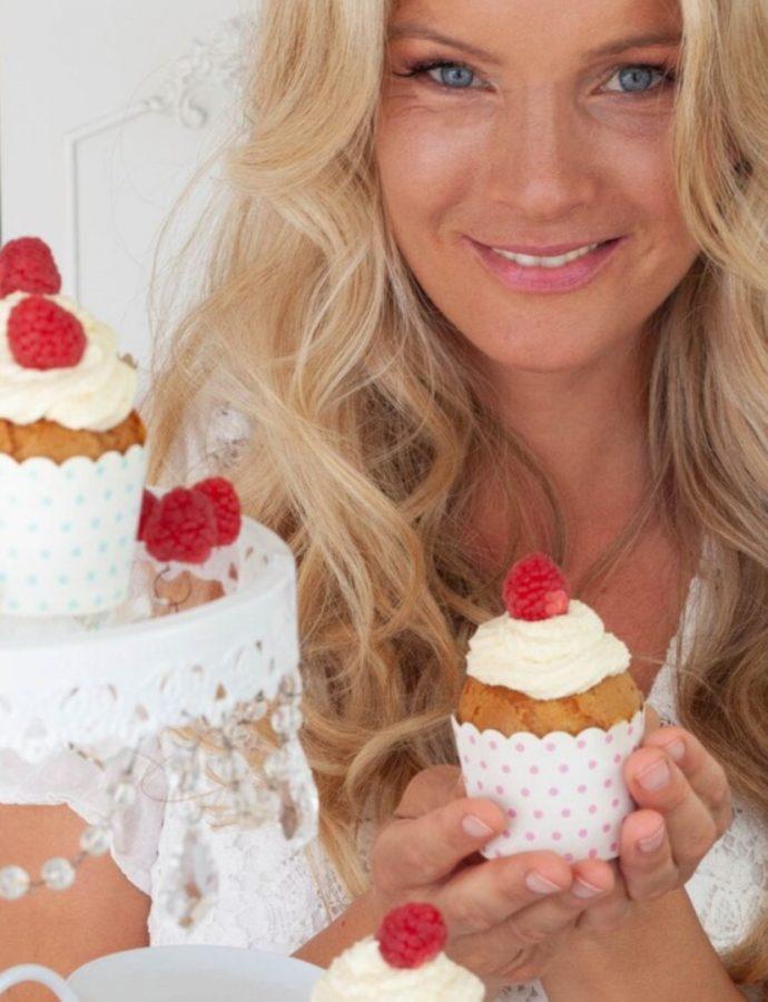 Himbeer-Thymian-Cupcakes mit weißer Schokolade