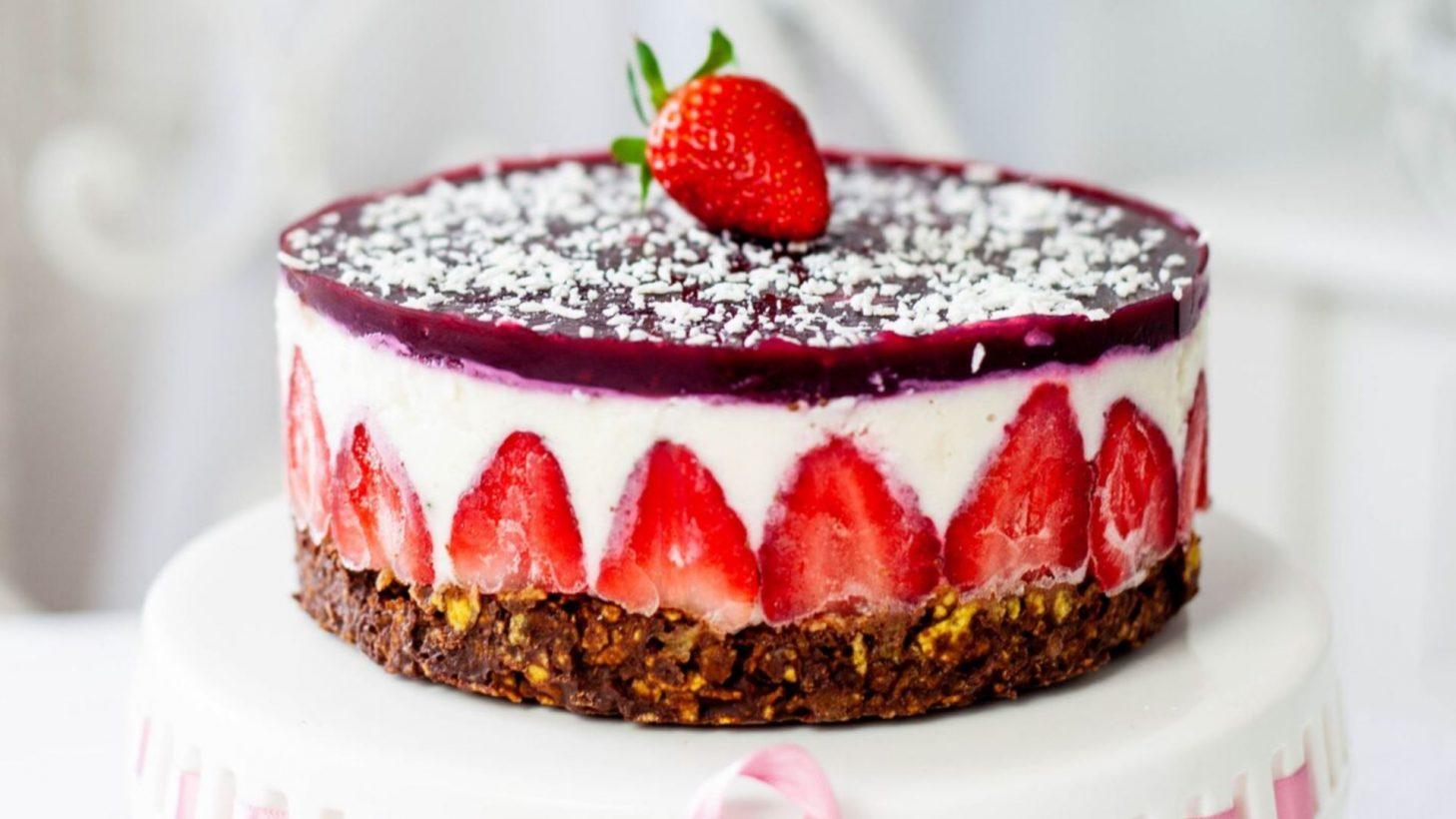 Kokos-Erdbeer-Torte mit Schokoladen-Cornflakesboden