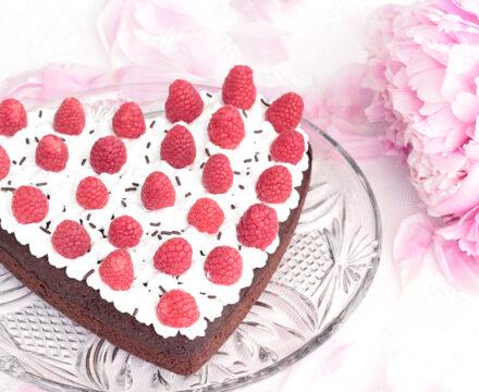 Schokoladenherz mit Sahne und Himbeeren – glutenfrei und vegan